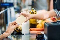 pagamento in supermercato fotografia stock libera da diritti