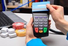 Pagando com o cartão de crédito sem contato, tecnologia de NFC Fotos de Stock