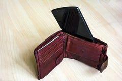 Pagando con el smartphone - concepto móvil del pago, célula dentro en vez de billetes de banco Captura del primer, foco selectivo imagen de archivo