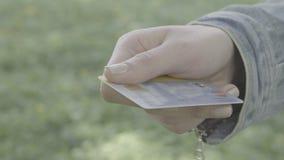 Pagando con la carta di credito video d archivio