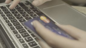 Pagando con la carta di credito stock footage