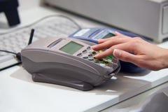 Pagando con la carta di credito tramite il terminale fotografie stock