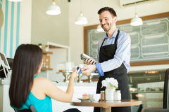 Pagando con la carta di credito in un caffè Fotografia Stock