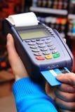 Pagando con la carta di credito in un negozio elettrico, concetto di finanza immagini stock libere da diritti