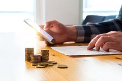 Pagando a conta eletrônica com smartphone Pagamento do Internet de Digitas imagens de stock royalty free