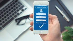 Pagando debito di credito sul app sul contare lo smartphone stock footage