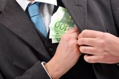 Pagando in denaro immagine stock