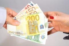 Pagando e recebendo o dinheiro Fotografia de Stock Royalty Free