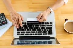 Pagando gli acquisti online Fotografia Stock