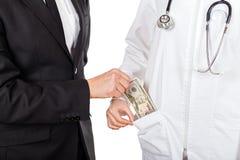Pagando i servizi medici Fotografie Stock Libere da Diritti