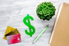 Pagando il concetto studing con il simbolo di dollaro e le carte sulla vista superiore del fondo leggero della tavola Immagine Stock Libera da Diritti