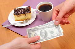 Pagando la torta di formaggio ed il caffè nel caffè, concetto di finanza fotografia stock libera da diritti