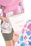 Pagando le fatture mediche fotografie stock libere da diritti