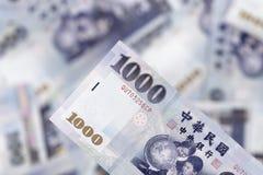 Pagando nei nuovi dollari di Taiwan Fotografia Stock Libera da Diritti