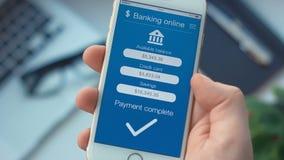 Pagando o débito do crédito no app em depositar o smartphone video estoque