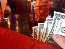Pagando o dinheiro Fotografia de Stock Royalty Free