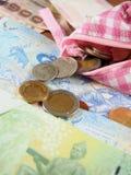 Pagando o dinheiro com a bolsa em cédulas Fotografia de Stock Royalty Free