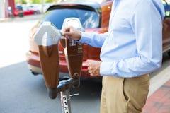 Pagando o medidor de estacionamento foto de stock royalty free