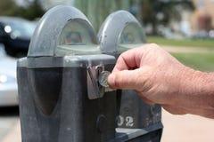 Pagando o medidor de estacionamento Imagem de Stock