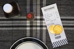 Pagando uma conta com Bitcoin ou a outra moeda cripto em um restaurante Fotografia de Stock Royalty Free