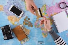 Pagando viaje en compañía del viaje, visión superior imagen de archivo libre de regalías