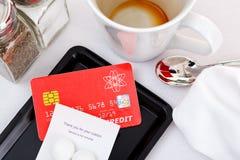 Pagando a zombaria da conta do restaurante acima do cartão de crédito Fotos de Stock Royalty Free
