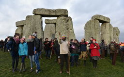 Pagans en Druïdenteken de de Winterzonnestilstand in Stonehenge Stock Foto's