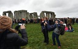 Pagans en Druïdenteken de de Winterzonnestilstand in Stonehenge Stock Afbeeldingen