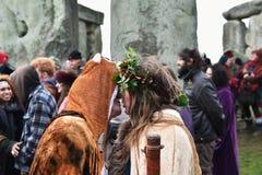 Pagans en Druïdenteken de de Winterzonnestilstand in Stonehenge Stock Fotografie