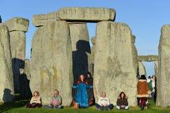 Pagans markerar Autumn Equinox på Stonehenge Arkivfoto