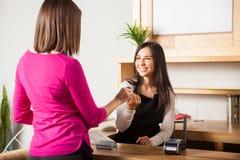 Pagar com cartão de crédito em uma loja imagem de stock