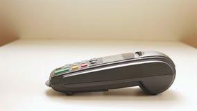 Pagar com um dispositivo da tabuleta filme