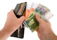 Pagar efectivo con el dinero en circulación de los francos suizos Imágenes de archivo libres de regalías