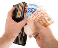 Pagar efectivo con el dinero en circulación euro Imagen de archivo libre de regalías