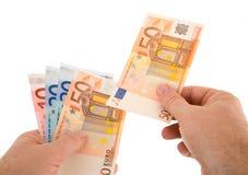 Pagar efectivo con el dinero en circulación euro Fotos de archivo libres de regalías