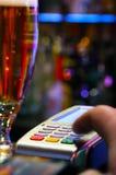 Pagar la bebida con la tarjeta de crédito fotos de archivo libres de regalías