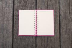 Page blanc ouvert de carnet en spirale réaliste vide de bloc-notes sur le fond en bois de texture Type de cru Images libres de droits