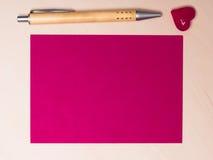 Page blanche de coeur et de stylo de papier sur la table Images libres de droits