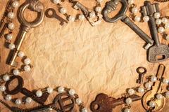 Page blanche de papier chiffonné, vieilles clés encadrées Image stock