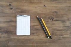 Page blanche de papier, crayons de couleur Images libres de droits