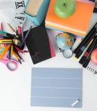 Page blanche, un morceau de craie et fournitures scolaires sur le blanc Image libre de droits