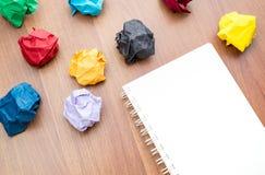 Page blanche vide de carnet avec le papier emietté coloré et le x28 ; papier b Photos stock