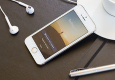 Page d'Instagram sur l'écran d'Iphone 5s Images libres de droits
