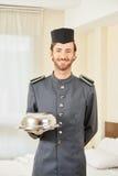 Page dans l'hôtel avec la cloche de nourriture photographie stock