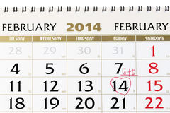 Page de calendrier avec le coeur rouge le 14 février 2014. Photographie stock