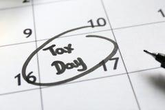 Page de calendrier avec le reminde de date images stock