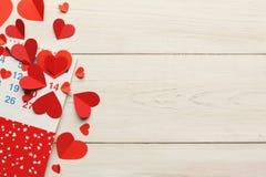 Page de calendrier avec les coeurs rouges le 14 février Image stock