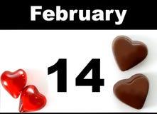 Page de calendrier de jour de valentines avec du chocolat et les coeurs rouges Photographie stock libre de droits