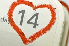 Page de carnet de calendrier avec un point culminant o de coeur écrit par main rouge Photographie stock