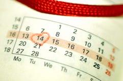 Page de carnet de calendrier avec un point culminant o de coeur écrit par main rouge Image libre de droits